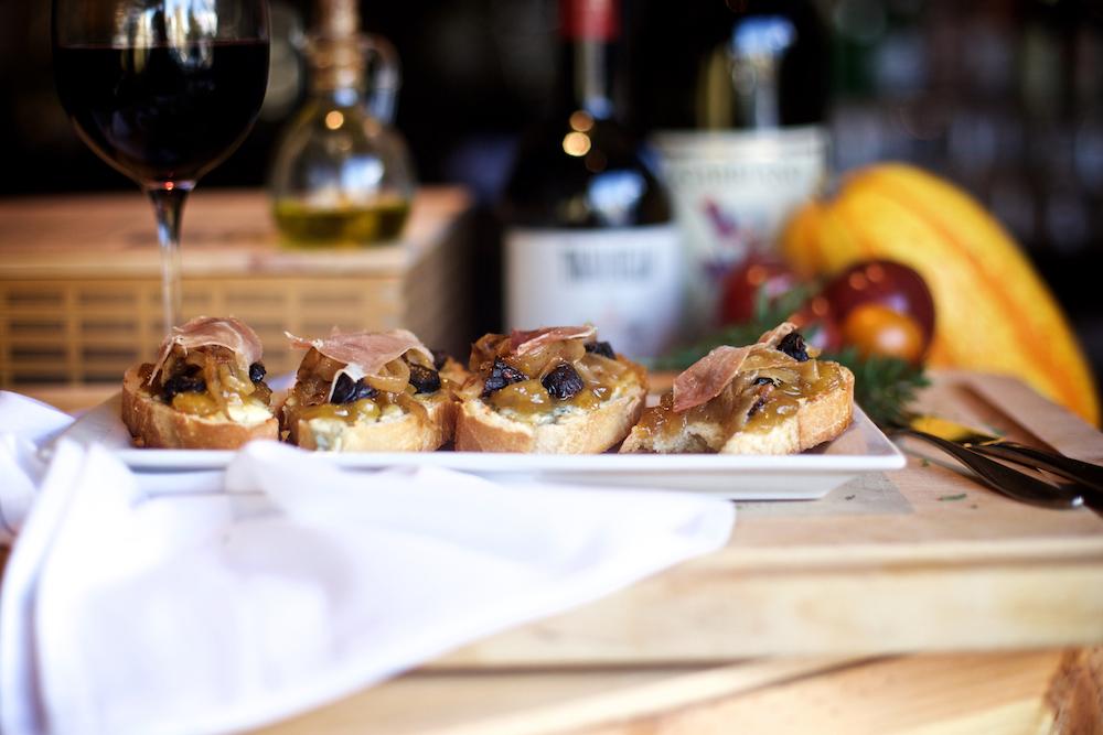 la-famiglia-ristorante-italiano-reno-fig-crostini